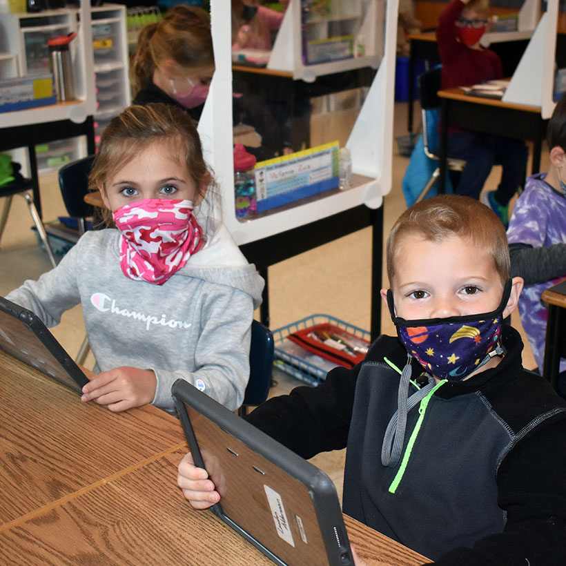 Elementary students use iPads in class